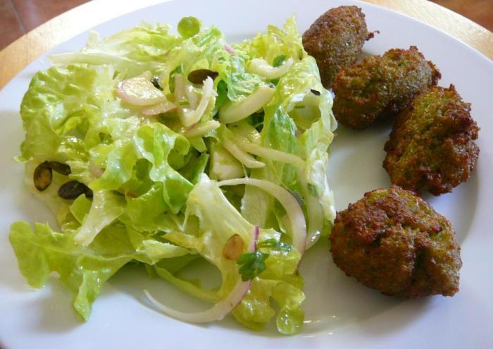 ensalada y falafel